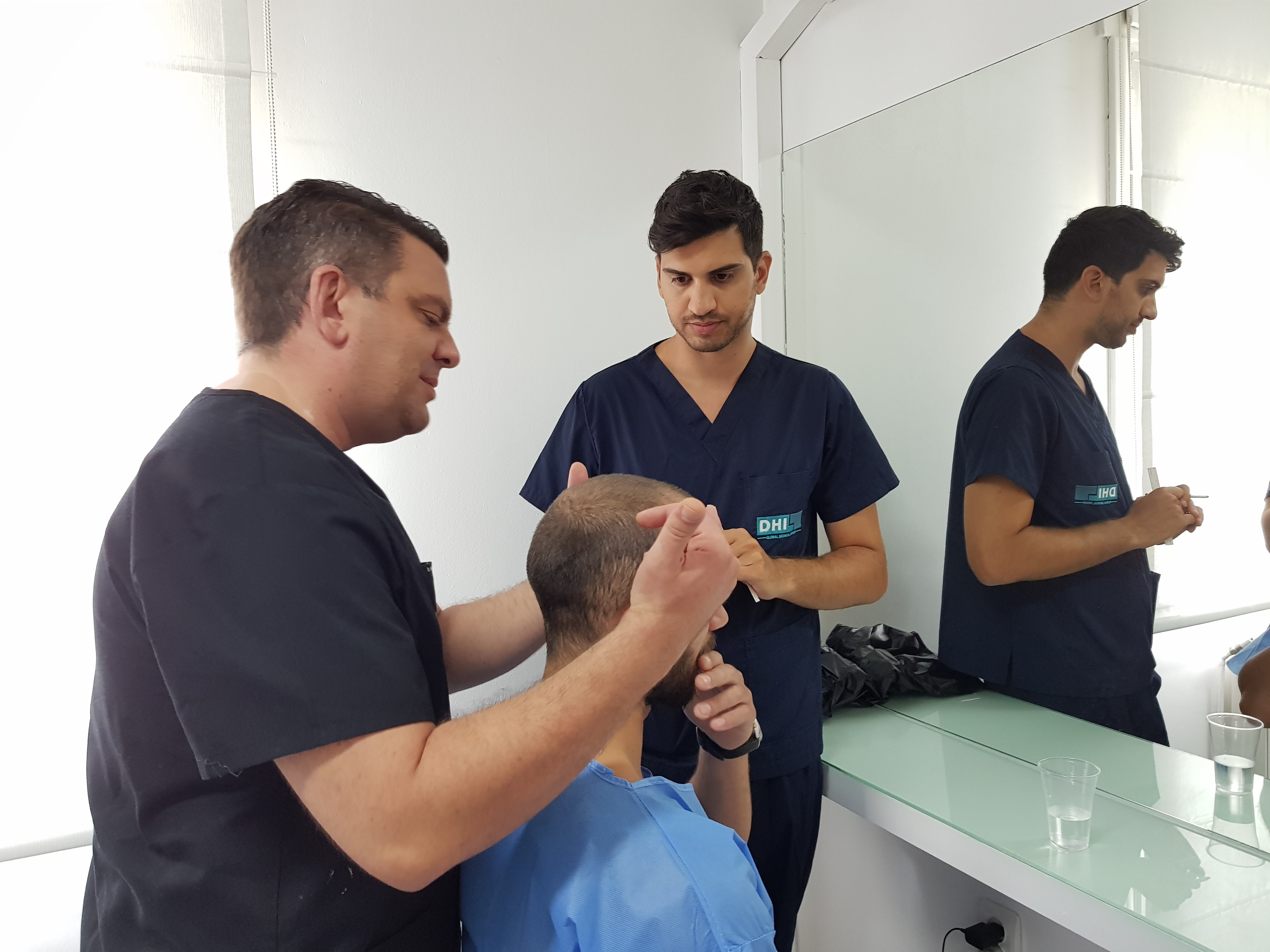 Cum găsesc clinica potrivită pentru a-mi face transplantul de păr. Ghid de intervenţie